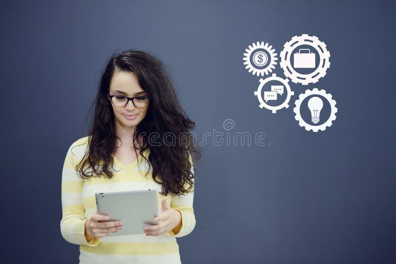 Download Женщина с таблеткой перед предпосылкой с вычерченными диаграммой и значками дела Стоковое Фото - изображение насчитывающей рынок, расти: 81803256