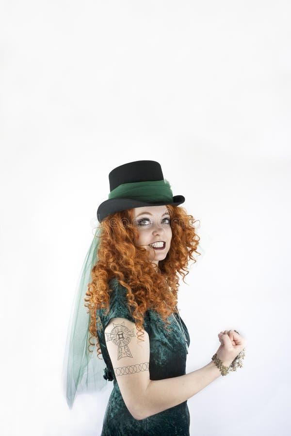 Женщина с татуировкой кельтского креста стоковая фотография rf