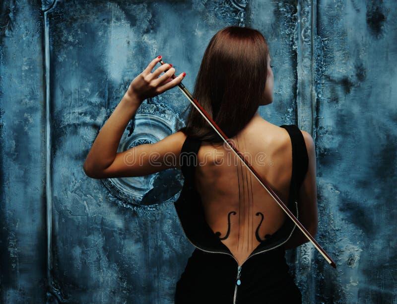 Женщина с телом скрипки стоковые фотографии rf