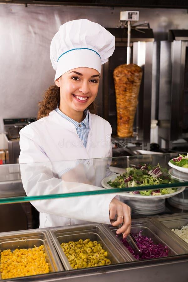 Женщина с традиционным kebab стоковая фотография