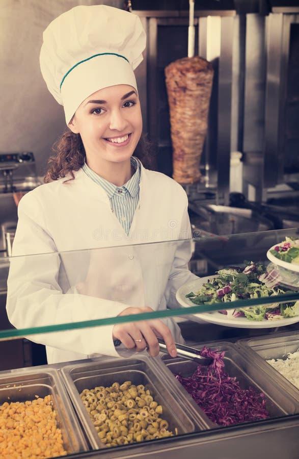 Женщина с традиционным kebab стоковое изображение rf