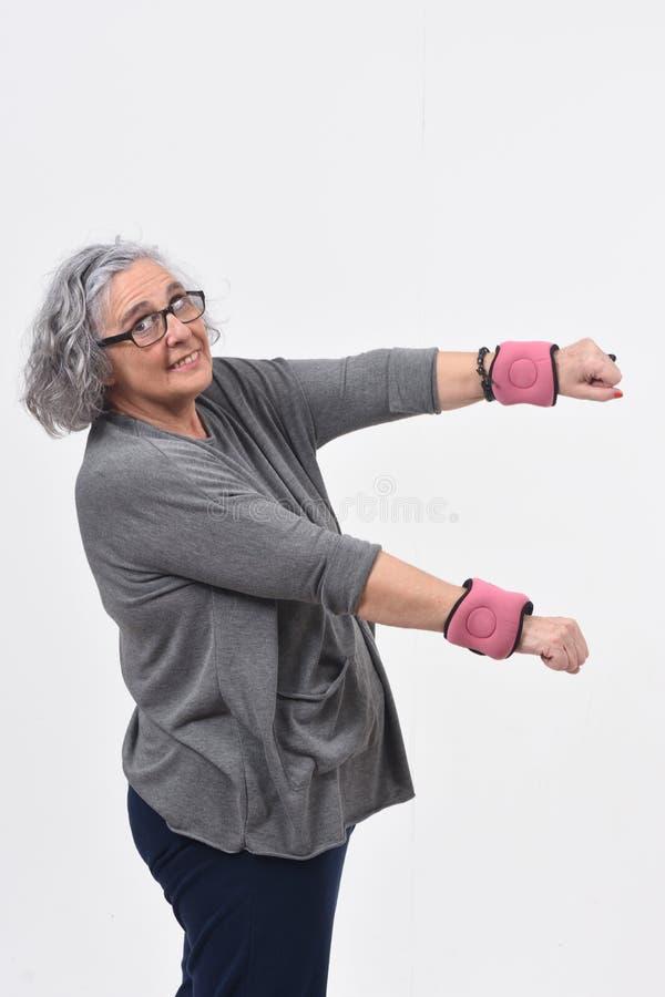 Женщина с тренировкой на белизне стоковая фотография
