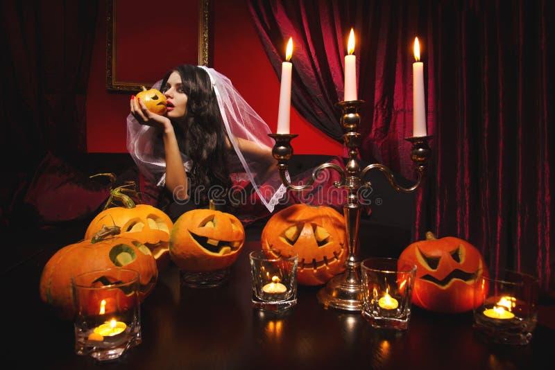 Женщина с тыквами halloween стоковое изображение rf
