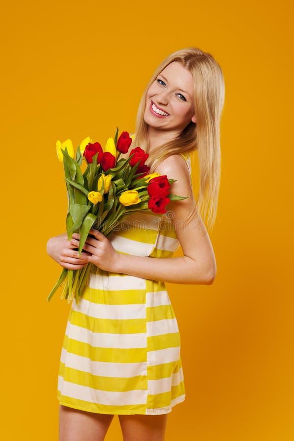 Женщина с тюльпанами стоковое изображение rf