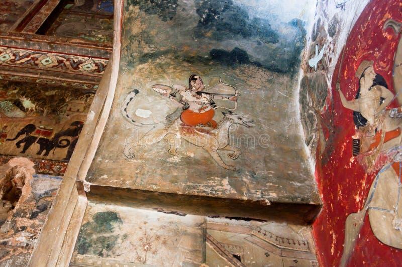 Женщина с луком и стрелы едет на собаке - настенных росписях XVII века стоковые фотографии rf
