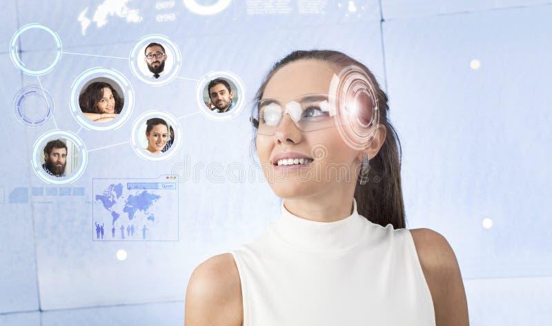 Женщина с умными стеклами стоковые изображения rf