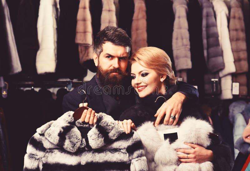 Женщина с усмехаясь стороной в меховой шыбе с бородатым человеком стоковые изображения rf