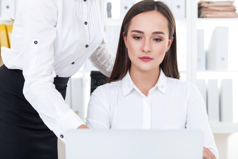 Женщина слушая к ее боссу стоковое изображение