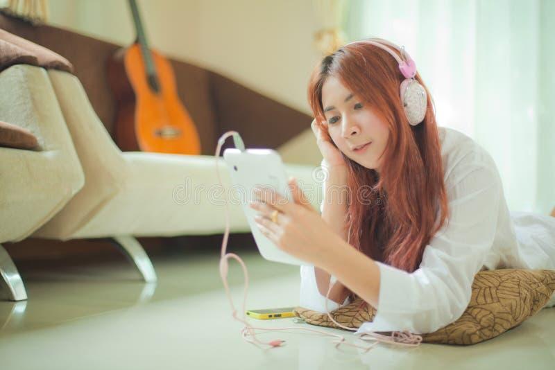 Женщина слушая к музыке стоковые изображения rf