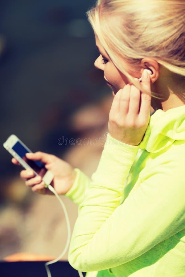 Женщина слушая к музыке outdoors стоковая фотография rf