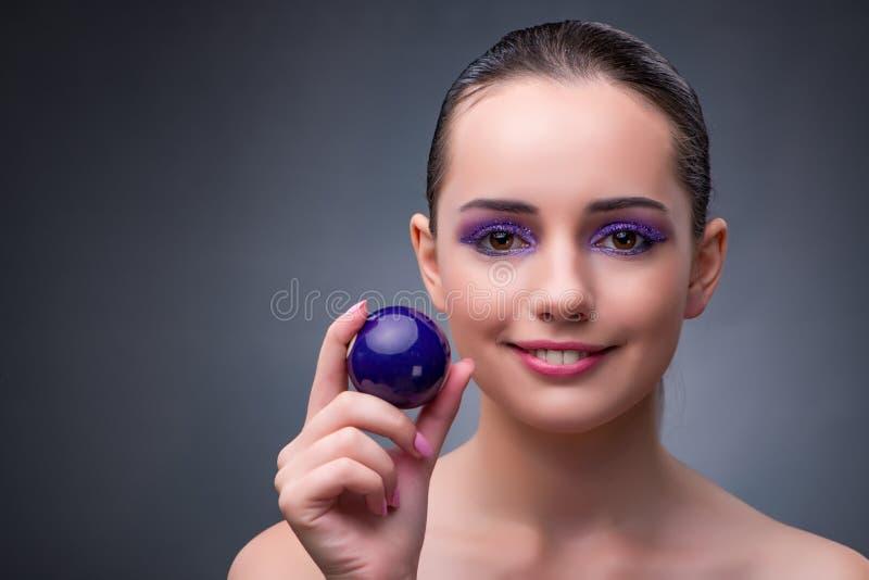 Женщина с фиолетовым шариком бассейна стоковые изображения rf