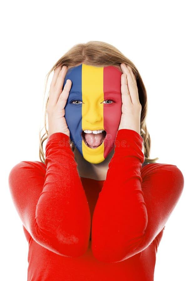 Женщина с флагом Румынии на стороне стоковые изображения rf