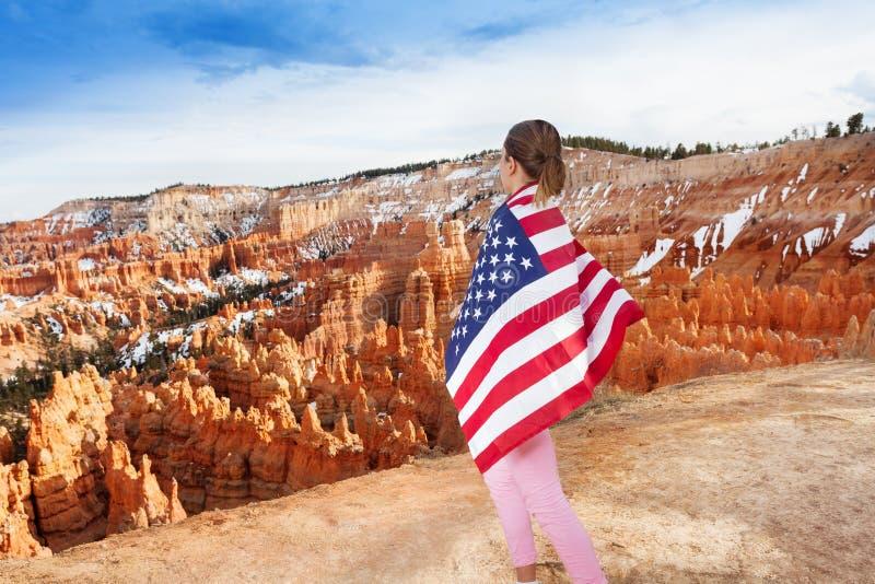 Женщина с флагом США, национальным парком каньона Bryce стоковое фото rf