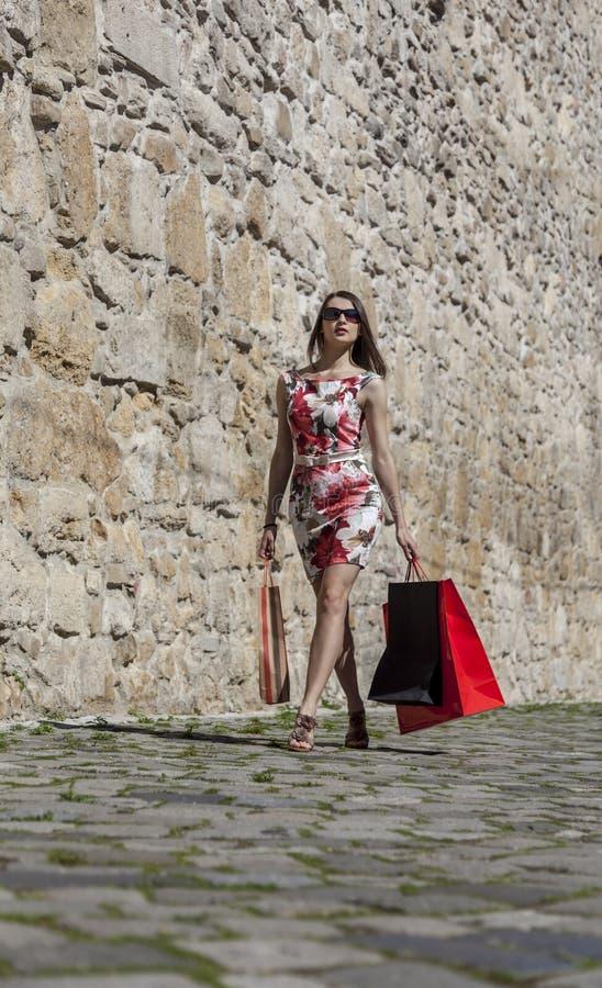 Женщина с хозяйственными сумками в городе стоковые изображения rf