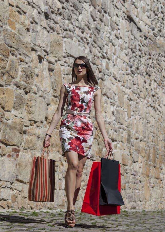 Женщина с хозяйственными сумками в городе стоковая фотография rf