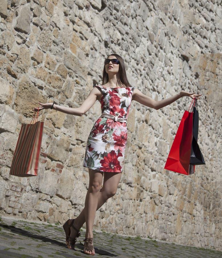 Женщина с хозяйственными сумками в городе стоковые изображения