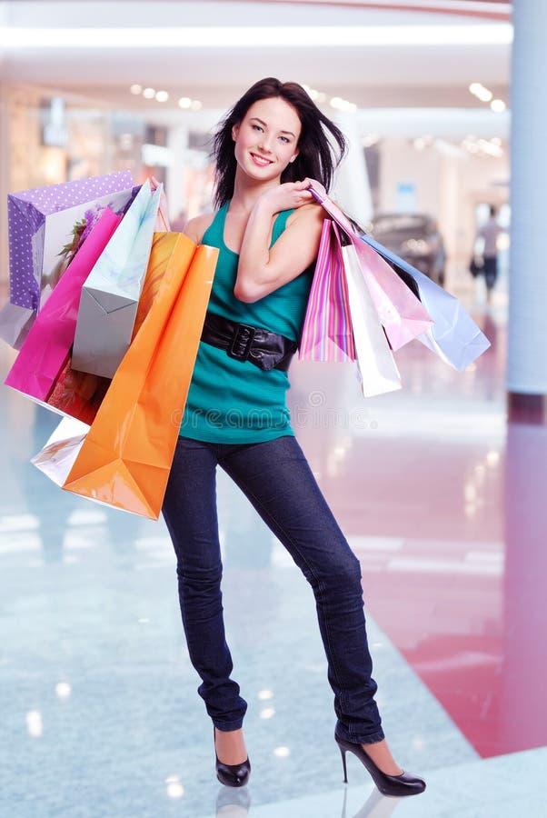 Женщина с хозяйственными сумками на магазине стоковая фотография rf
