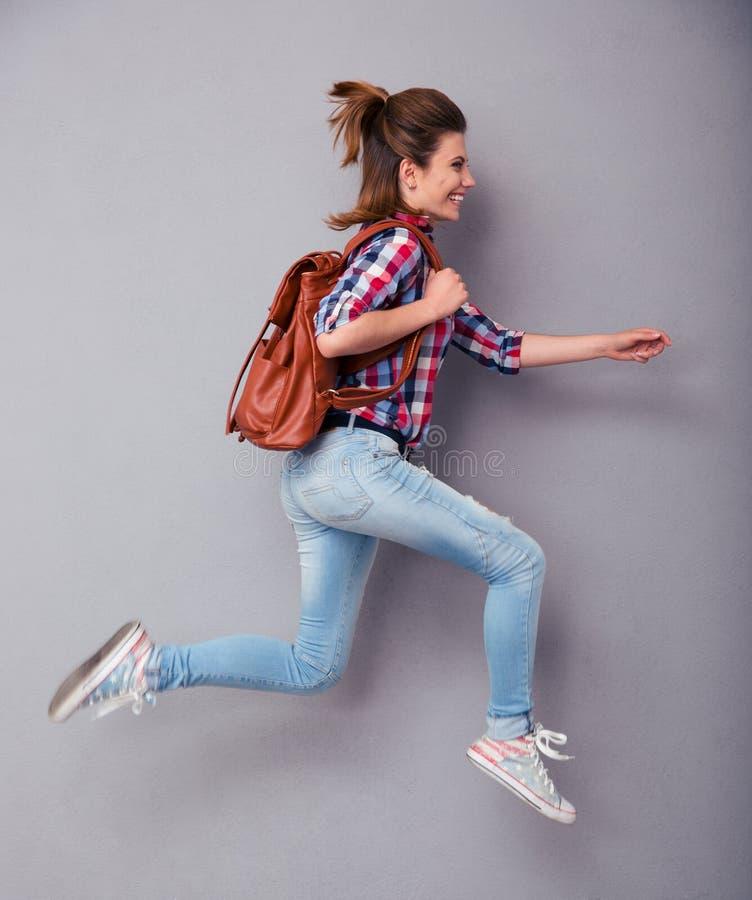 Женщина с ходом рюкзака стоковые фото