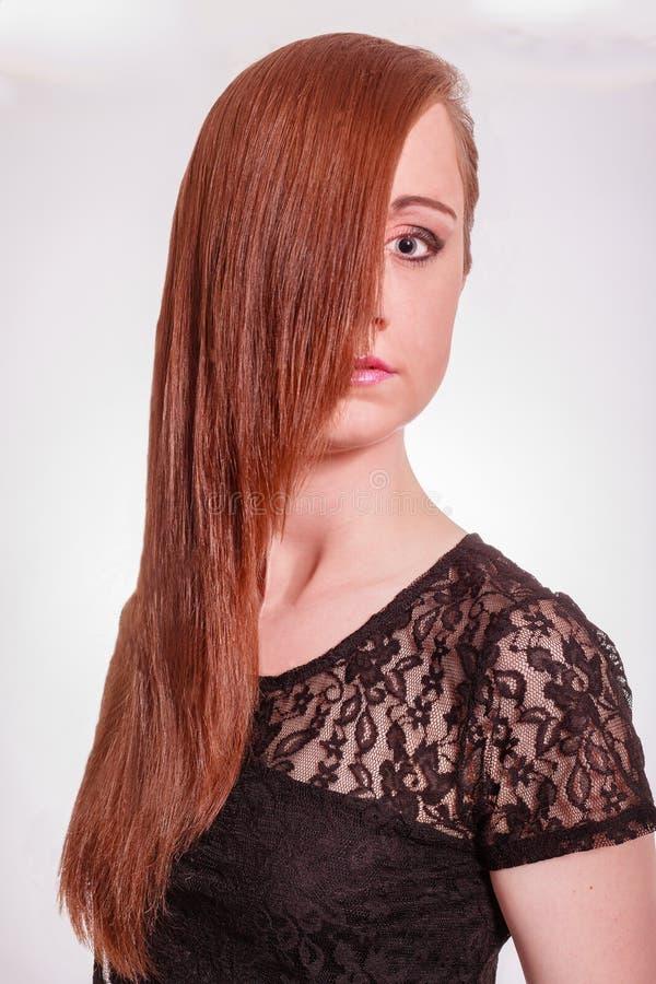Download Женщина с цвета каштан длинными волосами Стоковое Изображение - изображение насчитывающей lifestyles, сделайте: 41658769