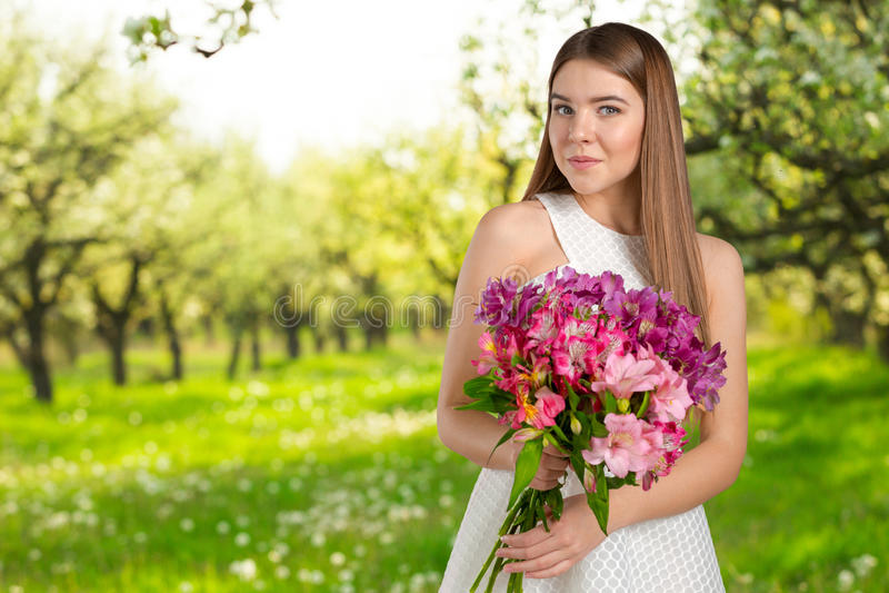 Женщина с цветком весны стоковое изображение