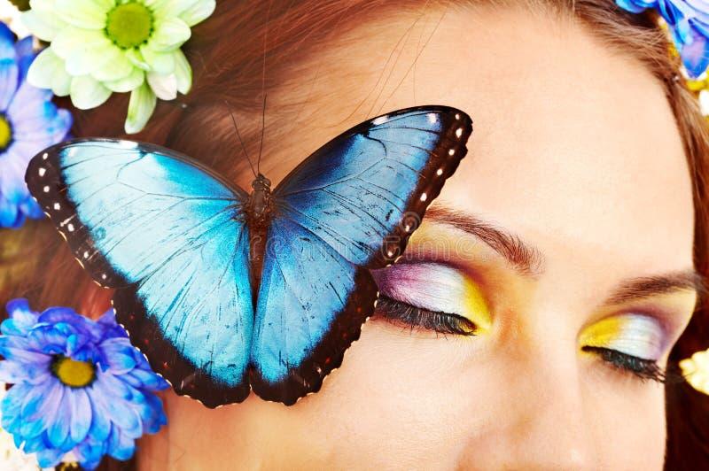 Женщина с цветком и бабочкой. стоковые изображения rf