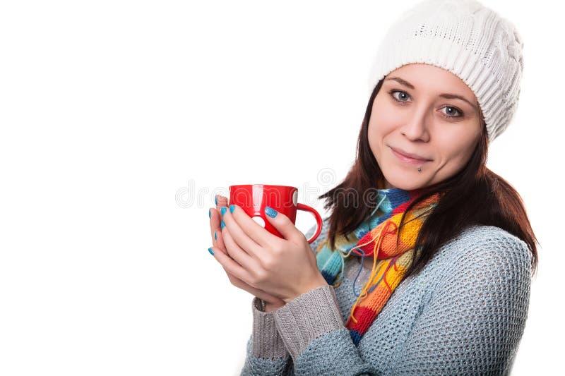 Женщина с чашкой чаю имеет остатки на баре белизна изолированная предпосылкой стоковое фото rf