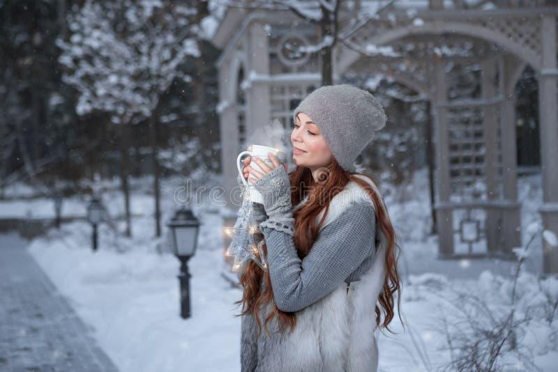 Женщина с чашкой чая в парке стоковые фото