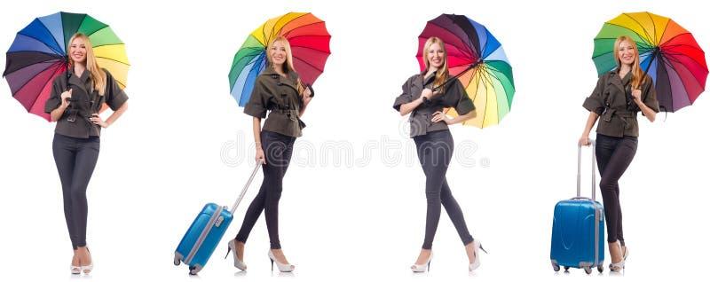 Женщина с чемоданом и зонтиком изолированными на белизне стоковое изображение rf