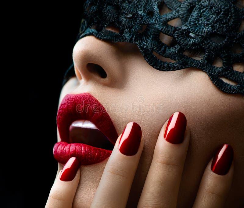 Женщина с черной маской шнурка стоковое фото rf