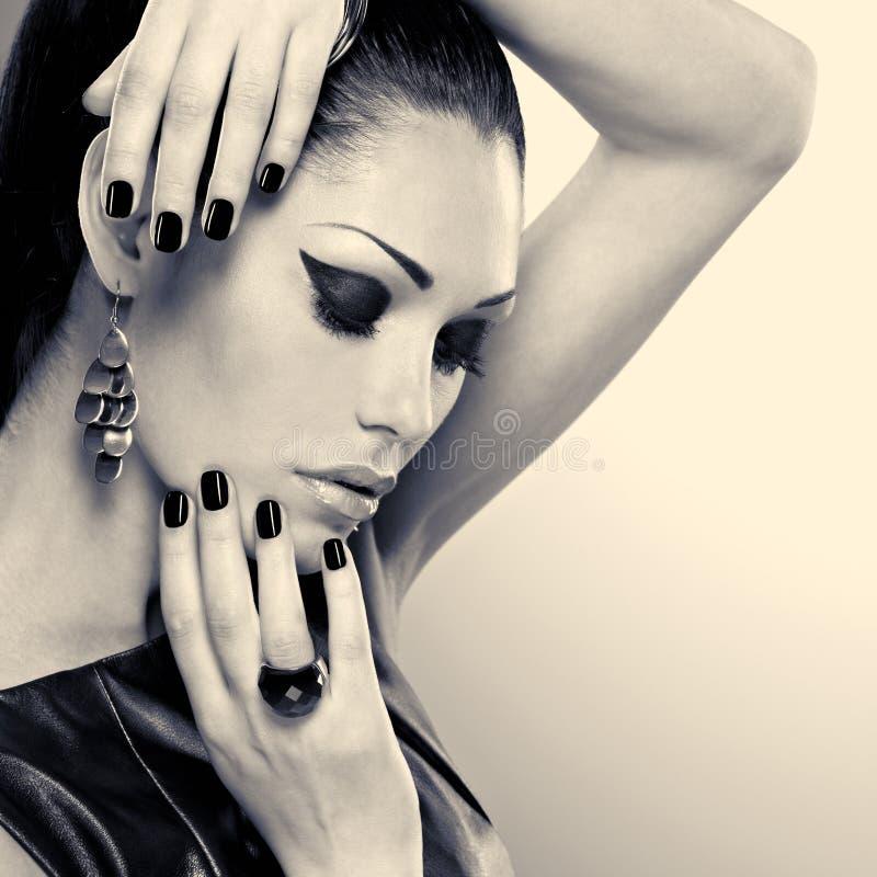 Женщина с черными ногтями и с стильным bijouterie стоковая фотография rf