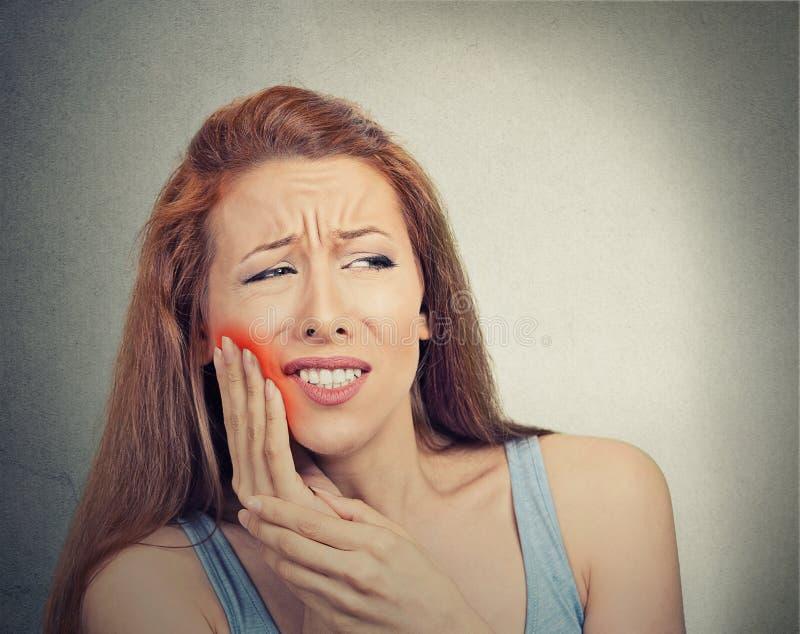 Женщина с чувствительной проблемой кроны боли зуба стоковая фотография rf