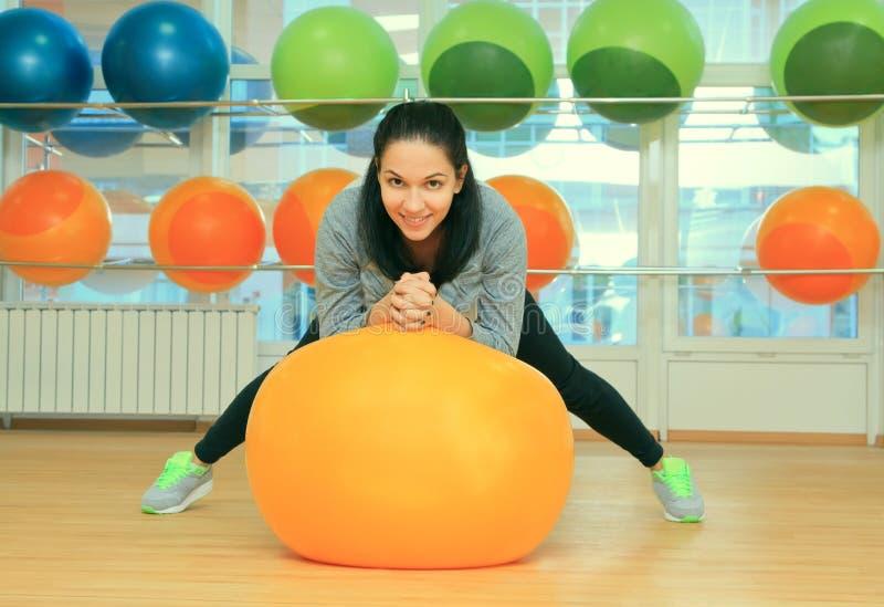 Женщина с шариком пригонки в спортивном центре стоковые изображения