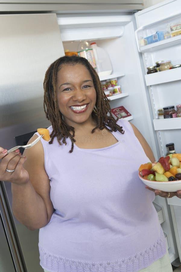 Женщина с шаром салата стоковое изображение rf