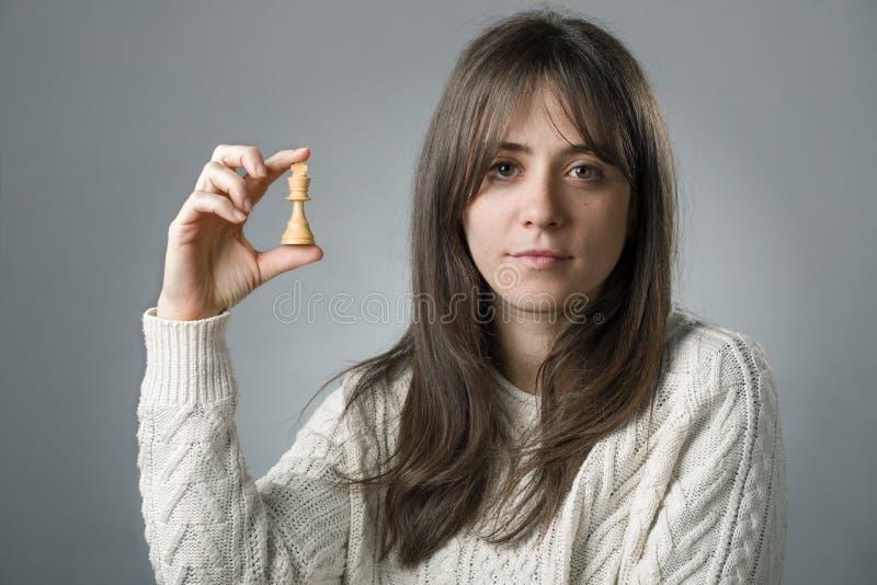 Женщина с шахматной фигурой стоковое фото