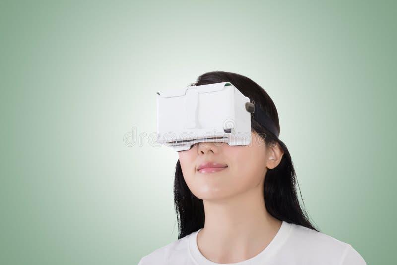 Женщина с шлемофоном vr стоковое изображение rf