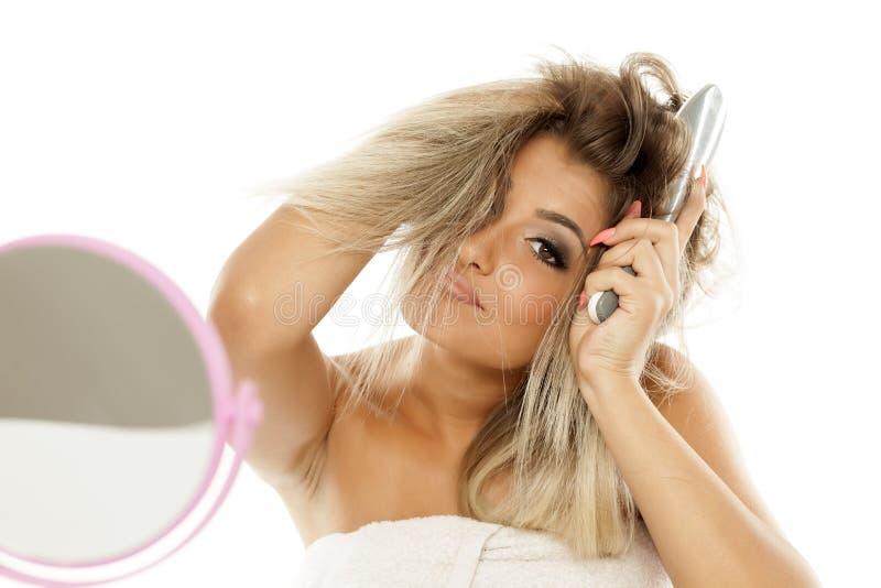 Женщина с щеткой волос стоковое изображение