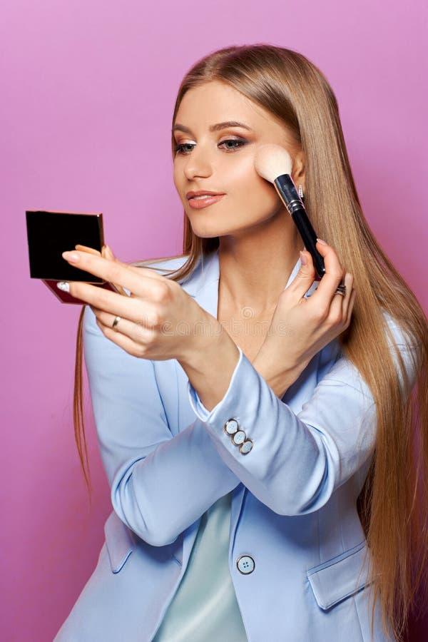 Женщина с щеткой и зеркалом состава стоковое изображение rf