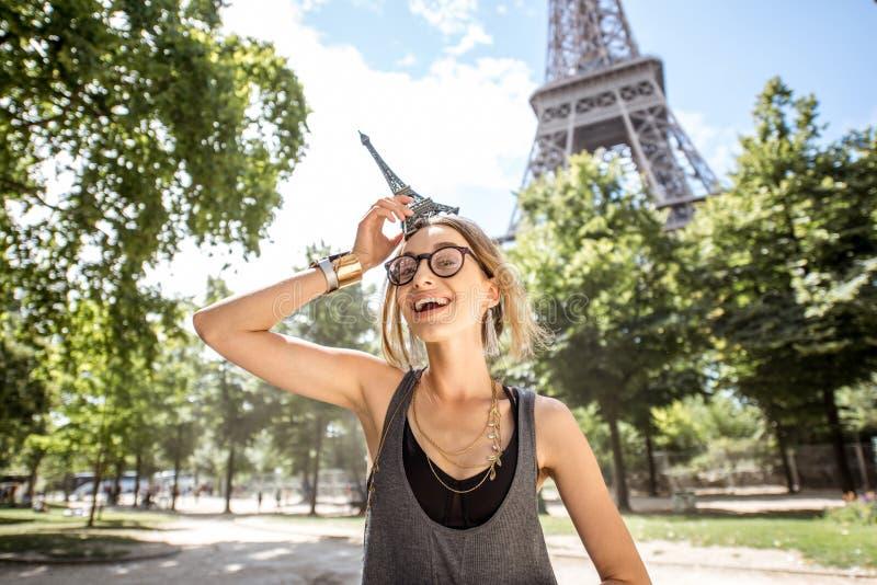 Женщина с Эйфелевой башней игрушки стоковое фото rf