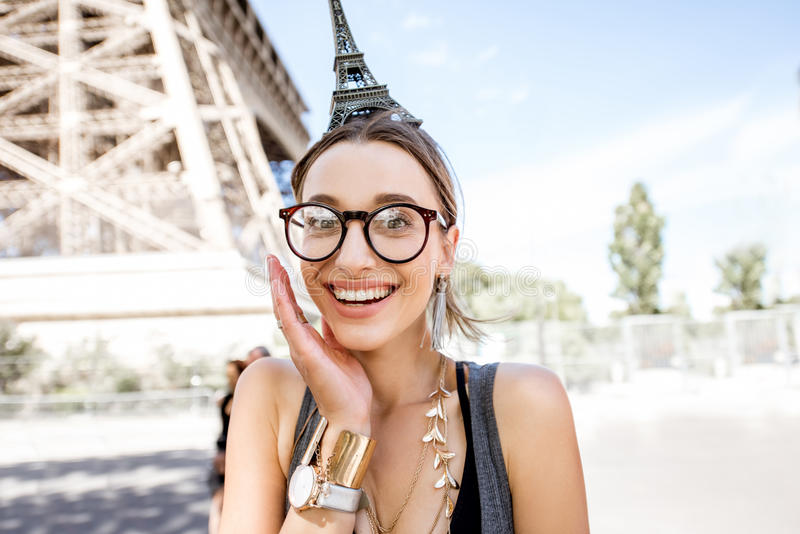 Женщина с Эйфелевой башней игрушки стоковые фотографии rf