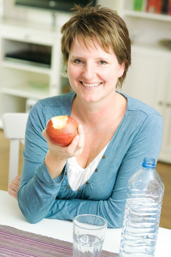 Женщина с яблоком стоковое фото