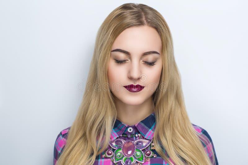 Женщина с яркими губами стоковые фото