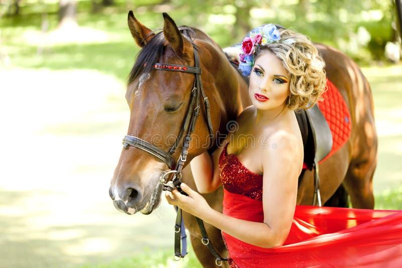 Женщина с ярким составом на лошади outdoors стоковая фотография