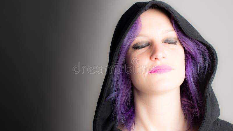 женщина с fuchsia волосами и закрытыми глазами стоковая фотография
