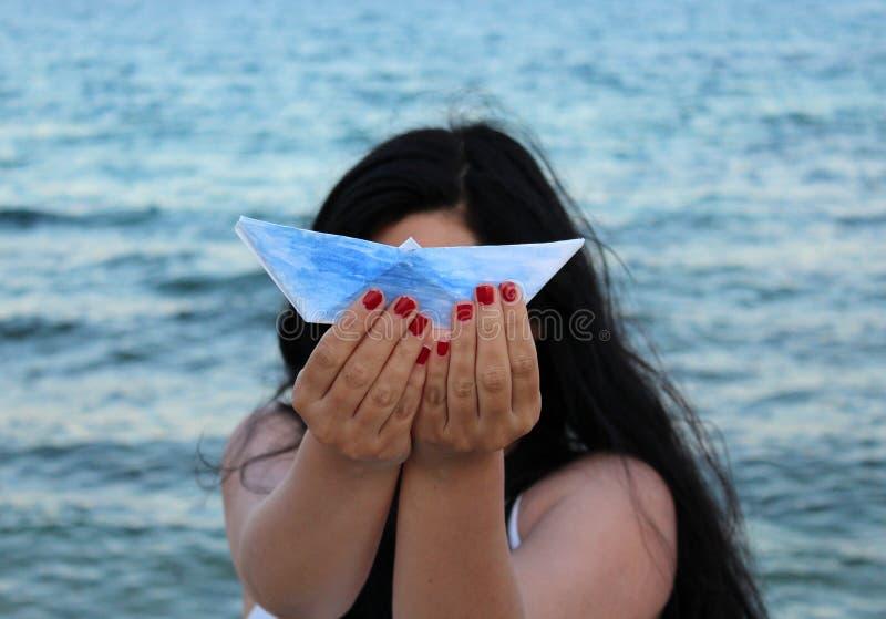 Женщина с papership стоковая фотография rf