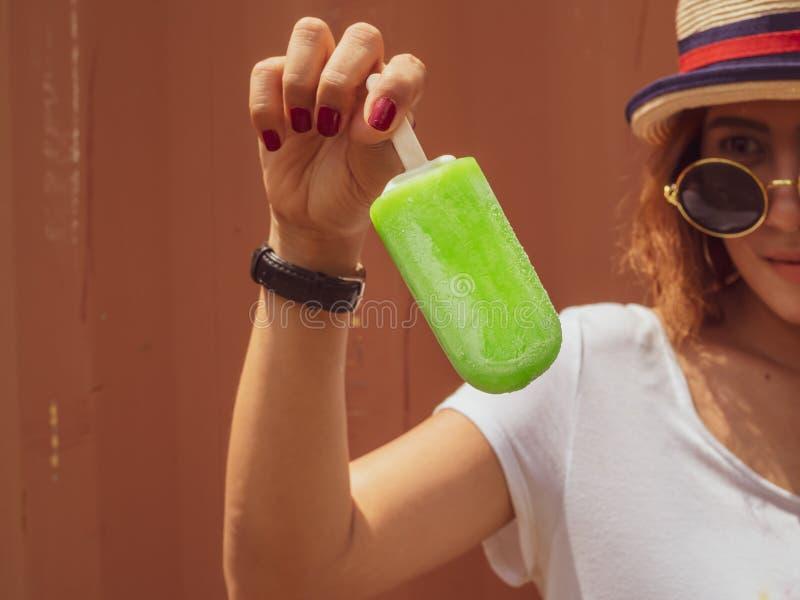 Женщина с popsicle стоковое фото