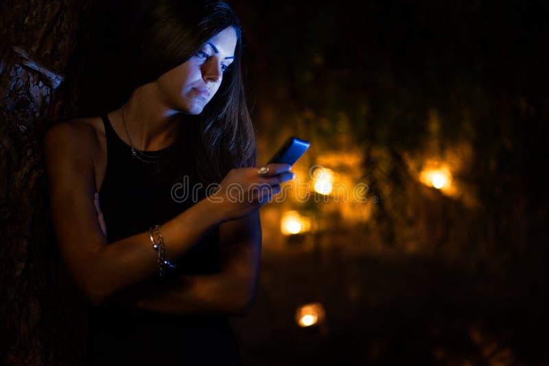 Женщина с smartphone стоковые изображения