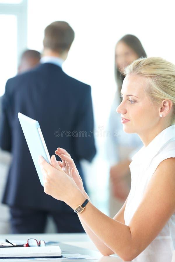 Женщина с touchpad стоковые фотографии rf