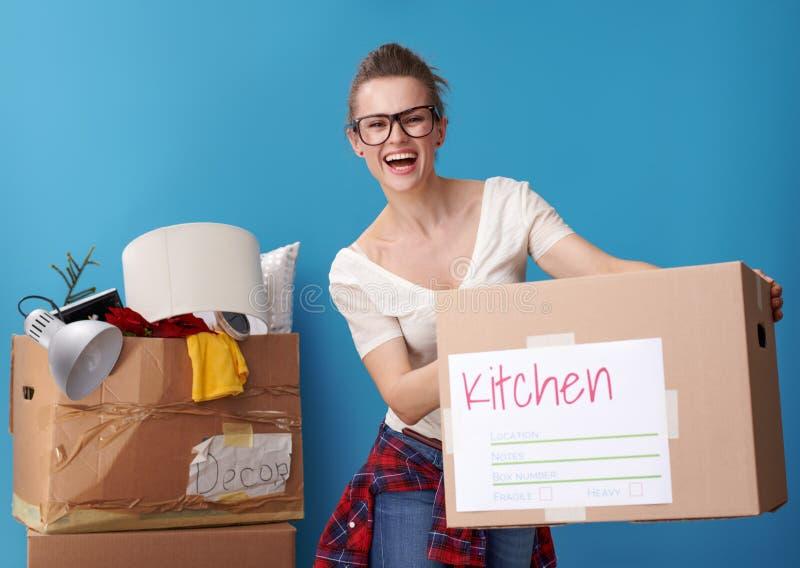 Женщина с untidy коробкой в задней части давая аккуратную картонную коробку стоковая фотография rf