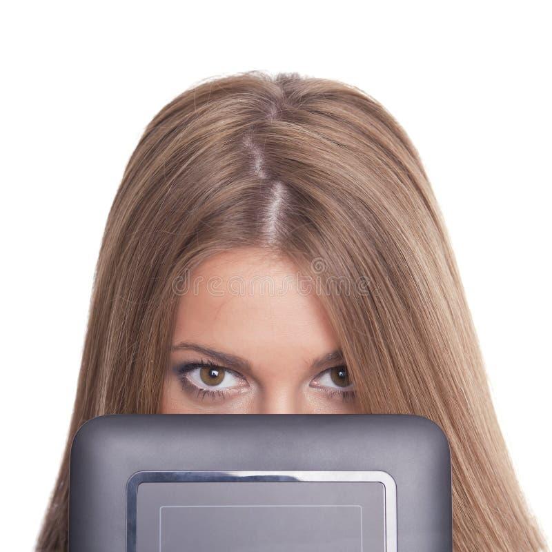 женщина таблетки красивейшей стороны компьютера пряча стоковое фото