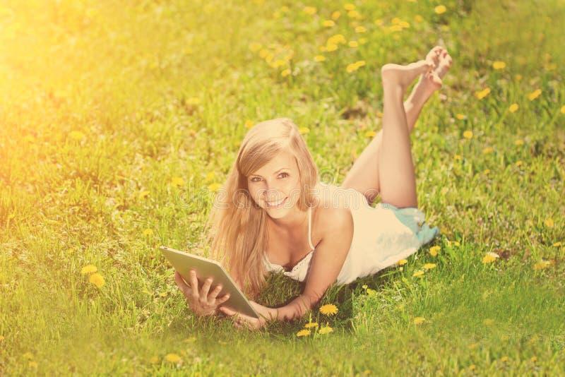 женщина таблетки красивейшего ПК outdoors сь стоковые изображения rf